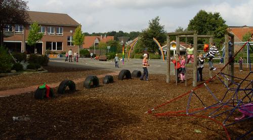 Schule September 2008: neuer Schulhof