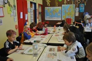 08.02.2013, 4c liest Zeitung an Karneval