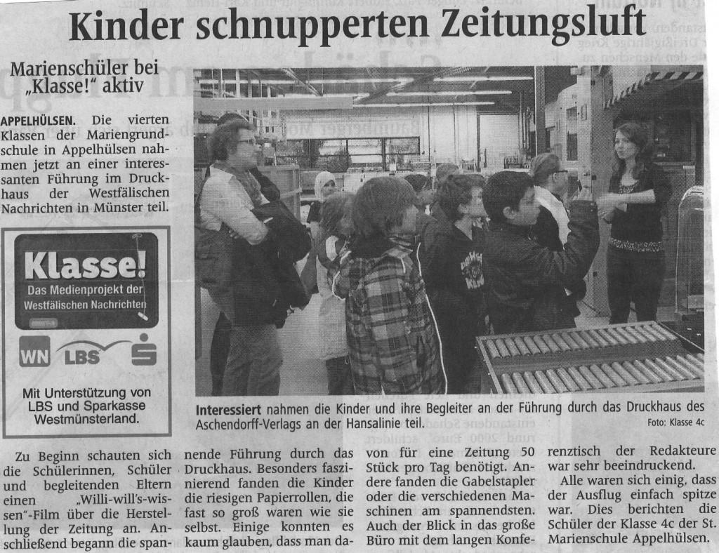 Kinder schnuppern Zeitungsluft